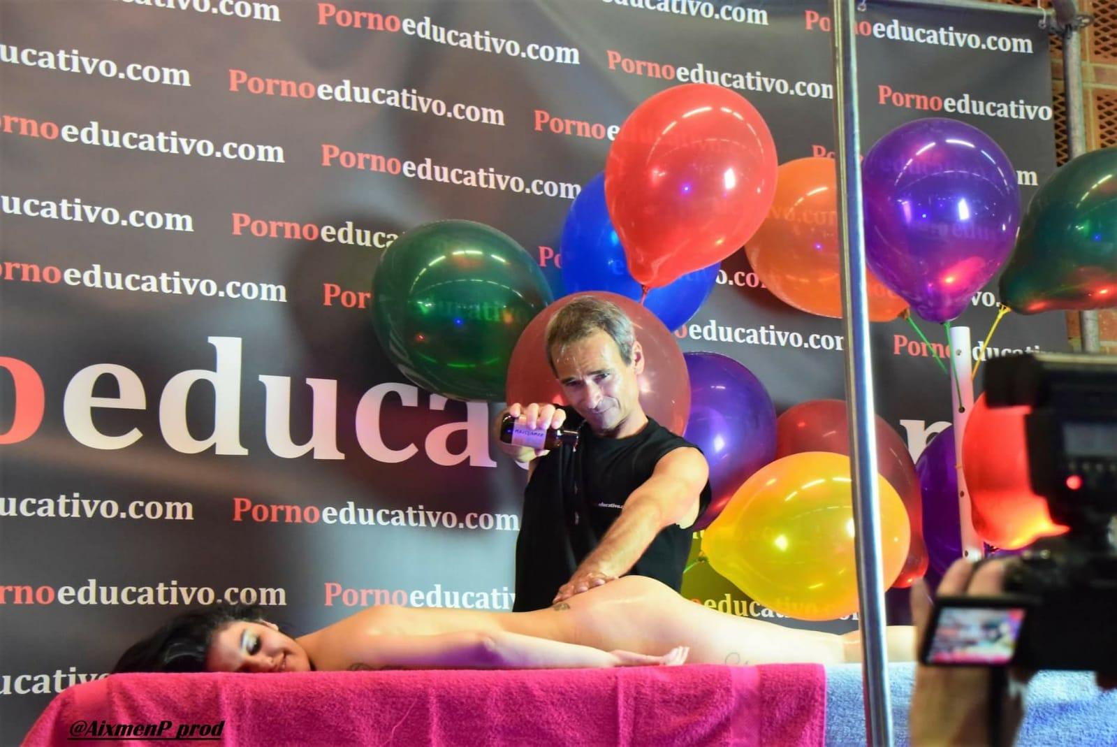 Demostración de masaje erótico en el escenario del stand de Pornoeducativo
