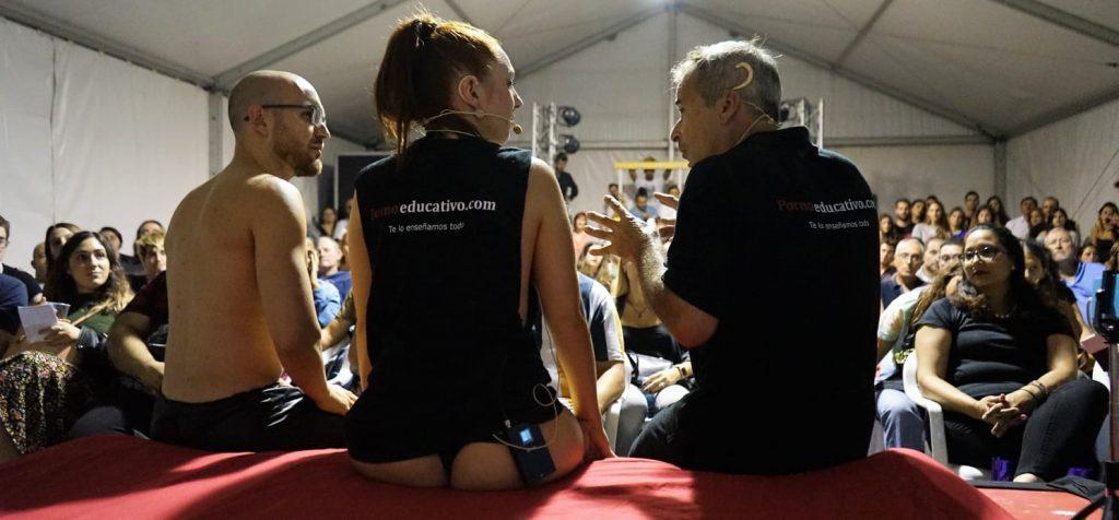 Conversación inicial antes de a tercera sesión de Sex Coaching con sexo en el escenario. Mostramos una forma muy eficaz de tratar el vaginismo y la disfunción eréctil al mismo tiempo. Pudimos ver cómo hacer una penetración con el pene blando, con la dificultad añadida de un condón (motivo de frustración de muchos hombres).