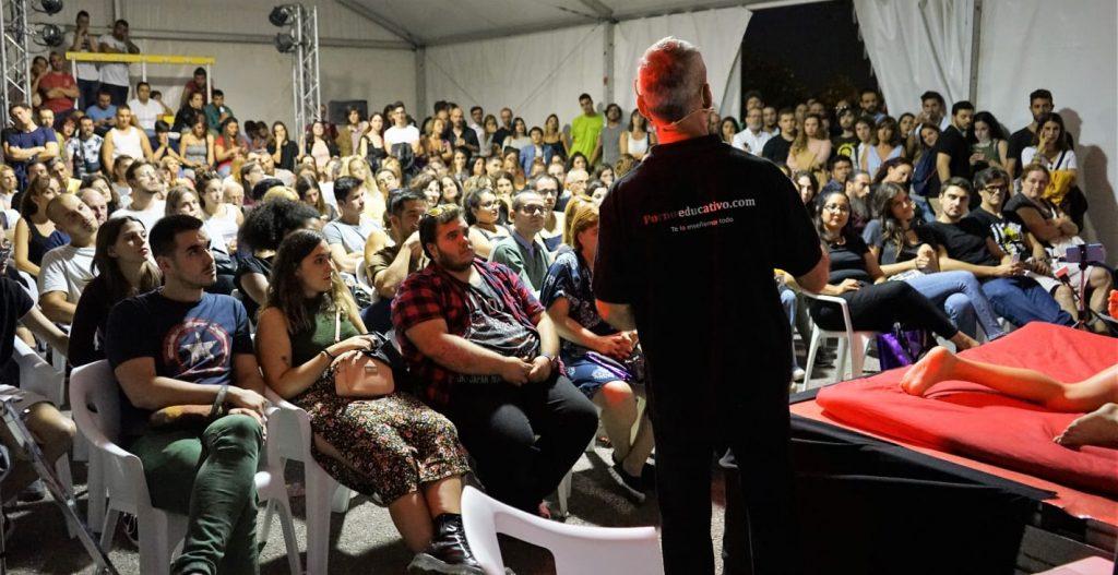 En las sesiones de Sex Coaching con sexo en el escenario hablo con el público, para explicar qué es lo que hacemos. por qué lo hacemos y cómo lo hacemos. Sin embargo, lo más importante es ver lo que hacen. Sabemos que una imagen es mejor que mil palabras. La experiencia completa es mejor que mil imágenes. Fotos del Salón Erótico de Barcelona