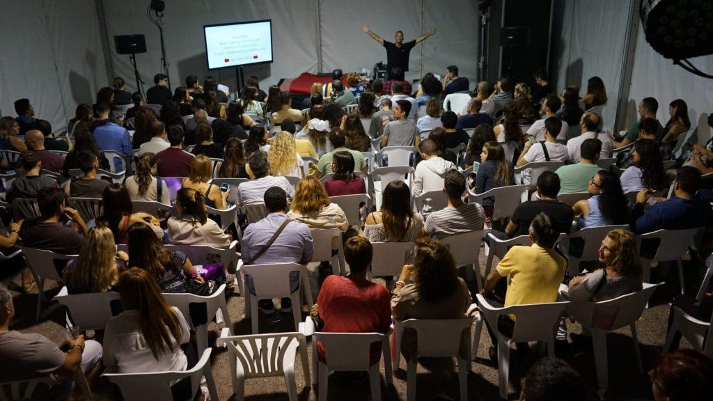 Momentos previos al inicio de la segunda sesión de Sex Coaching con sexo en el escenario. Pamela y Jesús mostraron cómo seria iniciarse en el sexo tántrico y juegos de poder, así como estar más presente y hacer durar más el juego sexual, con mayor control de eyaculación.  Fotos del Salón Erótico de Barcelona